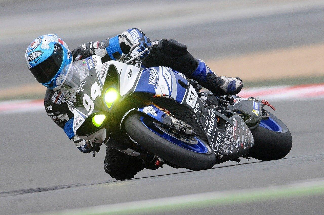Comment débuter dans la course de moto ?
